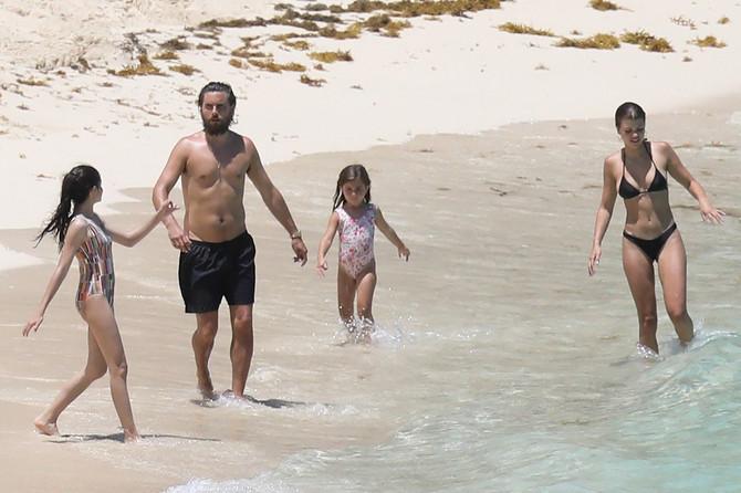 Skot Disik sa devojkom Sofijom i decom