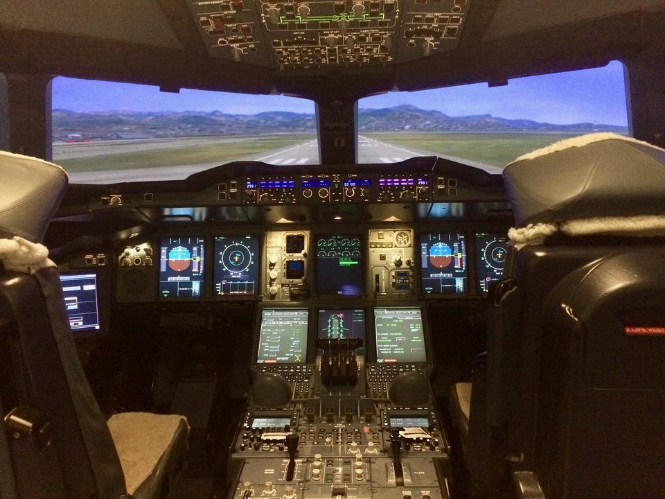 Kapitan Martin Ross w przerwie między sesjami pozwala mi zajrzeć również do symulatora Airbusa A380 - największego pasażerskiego odrzutowca na świecie.