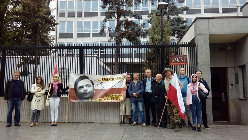 Protest Zmiany przeciwko uwięzieniu Piskorskiego przed ambasadą USA