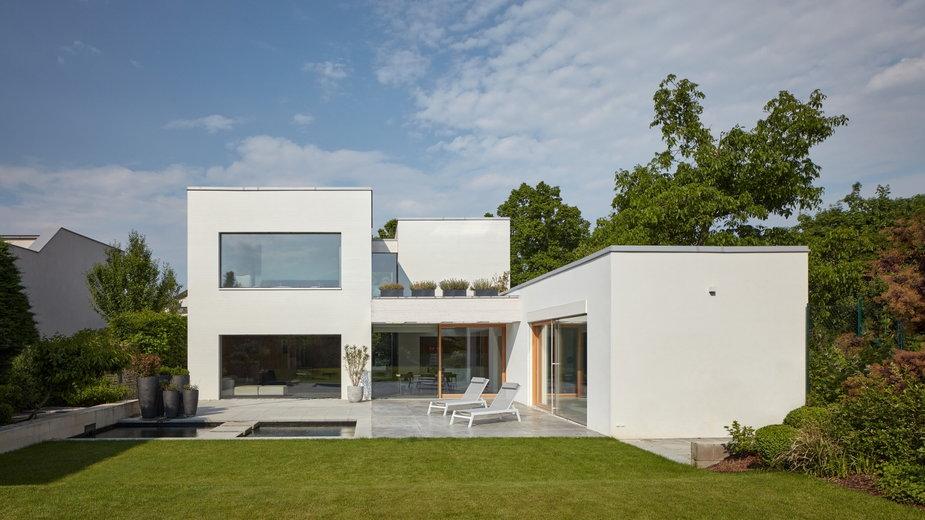 Jest jak biała kostka. Jednorodzinny dom projektu SOA Architekci