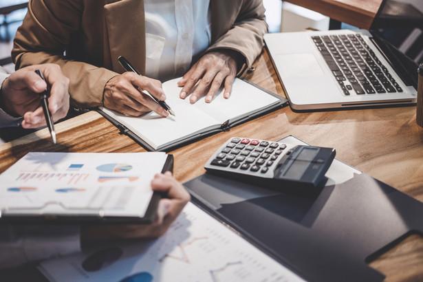 Biała lista, czyli wykaz podatników VAT Dotyczy nabywcy, który płaci za transakcję o wartości przekraczającej 15 tys. zł. Chodzi o transakcje między czynnymi podatnikami VAT. Sankcja grozi za przelew na konto spoza białej listy. W PIT/CIT – nabywca, który przeleje należność na konto spoza białej listy, nie zaliczy wydatku do kosztów uzyskania przychodu (a jeżeli ich nie ma, musi powiększyć swój przychód). W VAT – nabywca ponosi odpowiedzialność solidarną z dostawcą za nierozliczony VAT z tytułu tej transakcji. Podstawa prawna: Art. 22p ust. 1 pkt 2 ustawy o PIT, Art. 15d ust. 1 pkt 2 ustawy o CIT, Art. 117ba par. 1 ordynacji podatkowej Czy można uniknąć sankcji i w jaki sposób TAK Nabywca uniknie sankcji: – zawiadamiając naczelnika urzędu skarbowego o przelewie na konto spoza białej listy (art. 22p ust. 4 ustawy o PIT, art. 15d ust. 4 ustawy o CIT, art. 117ba par. 3 ordynacji podatkowej). – płacąc należność w split paymencie (art. 117bb ordynacji podatkowej; ale w ten sposób nabywca uniknie skutków tylko w VAT, a nie uniknie w podatkach dochodowych). – płacąc należność kartami płatniczymi, a także transakcjami internetowymi realizowanymi przez elektronicznych pośredników, takich jak Blue Media czy PayPal (wynika to z objaśnień podatkowych ministra finansów z 20 grudnia 2019 r., s. 11).