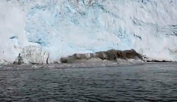 Trenutak u kojem se od glečera odlama džinovska santa leda