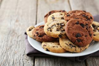 Czarne okrągłe ciasteczka kojarzą się z Oreo