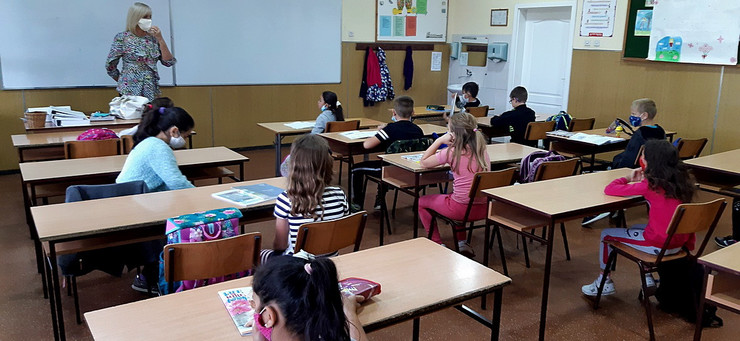 Učiteljica Desanka Šumonja sa svojim đacima