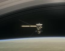 Cassini - sonda NASA okrążająca Saturna podczas jednego z ostatnich przelotów (wizualizacja)