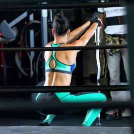 Zobacz, jak seksowna Adriana Lima poci się na siłowni