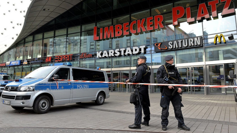 Policja przed zamkniętym centrum handlowym w Essen