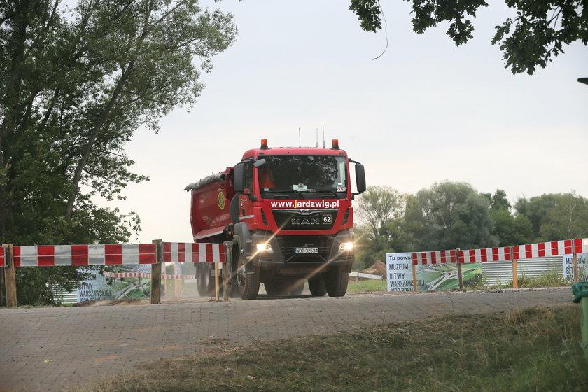 Minister wyjechał, koparki uciekły - tak budują muzeum w Ossowie