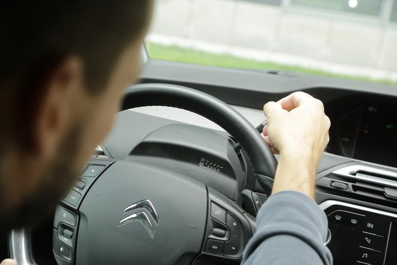 Umieszczenie dźwigienki biegów w pobliżu przełącznika wycieraczek sprawiało, że kierowcy często jej mylili