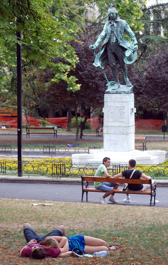 Spomenik Dositeju Obradoviću u Beogradu i mladi koji ne obraćaju mnogo pažnje na njega