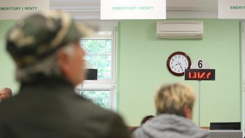 Obniżenie wieku emerytalnego spowodowało falowy napływ wniosków