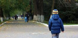 4-latek w piżamie i kasku spacerował po Kościerzynie