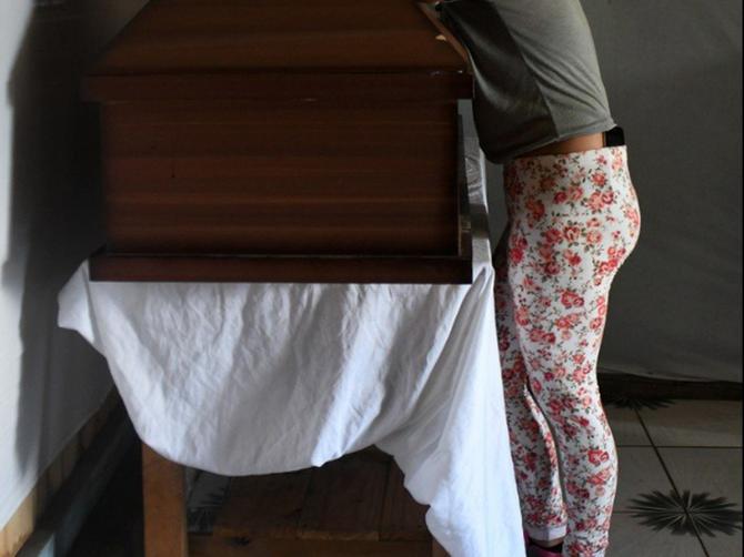 Počela je da se guši i umrla je u sopstvenoj kući: Dok su je smeštali u kovčeg, pogledali su joj u noge i OSTALI BEZ TEKSTA