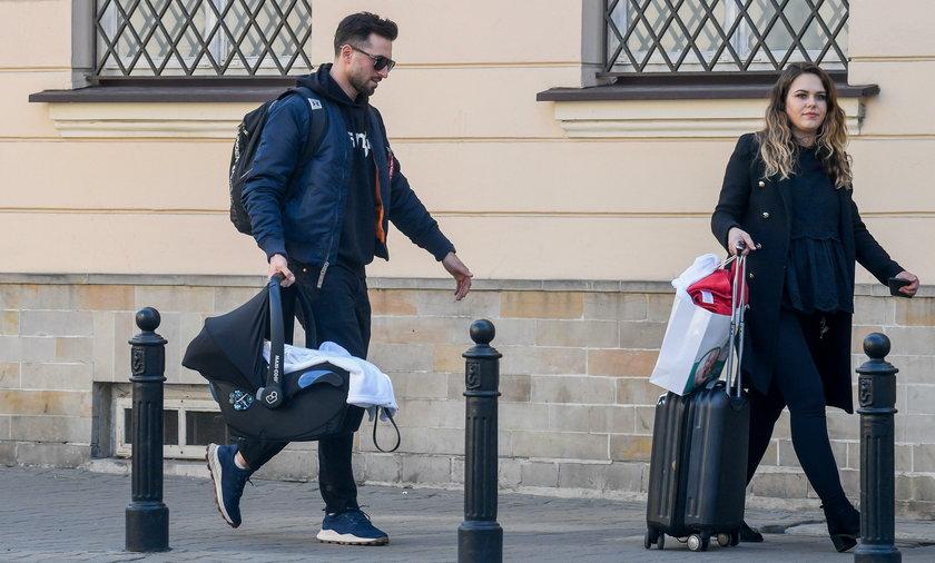 Rafał Maślak odebrał żonę i dziecko ze szpitala