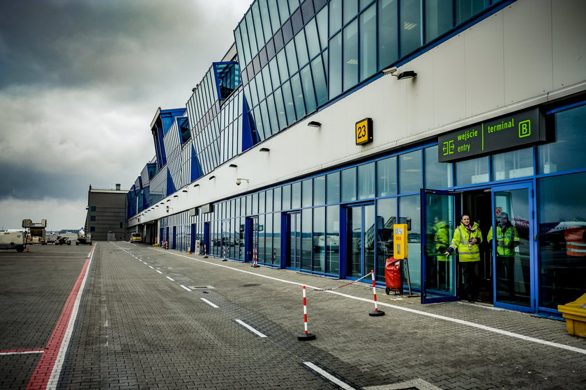 Pasażerowie koczują na lotnisku w Pyrzowicach