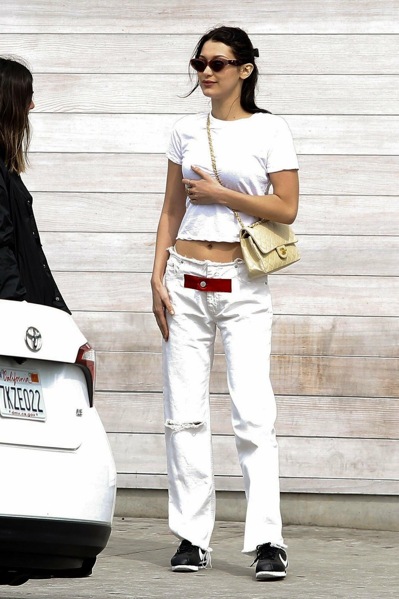 Obična bela majica ide uz sve!