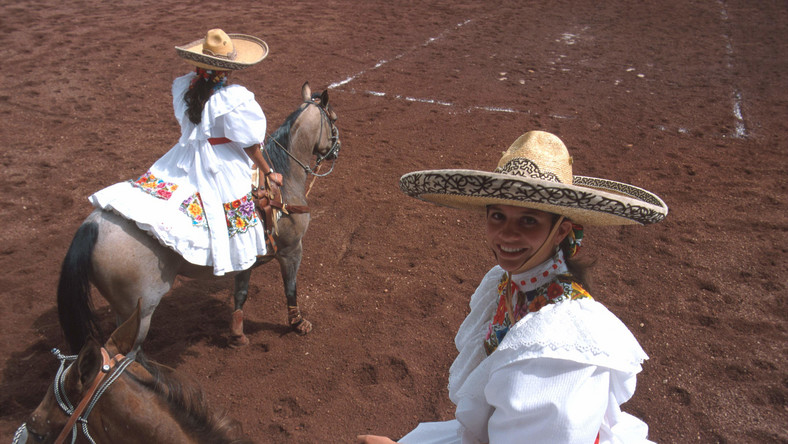 W Gualdaharze można pojeździć konno w tradycyjnym stroju charro