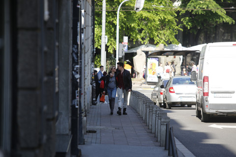 PAPARACO: Poznati par nije ni slutio da smo ih fotografisali: Misleći da ih niko ne gleda, pred svima su uradili OVO!