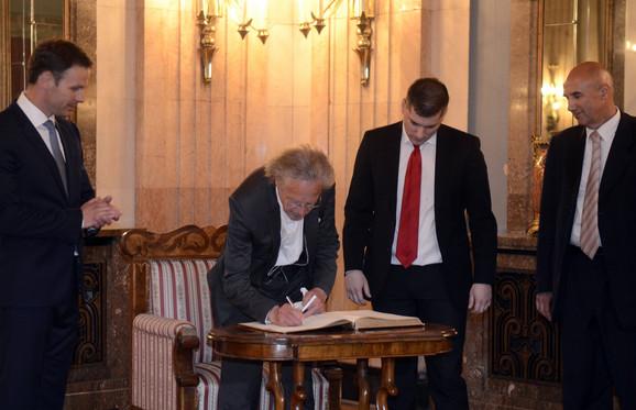 Petar Handke u Skupštini grada Beograda potpisuje povelju
