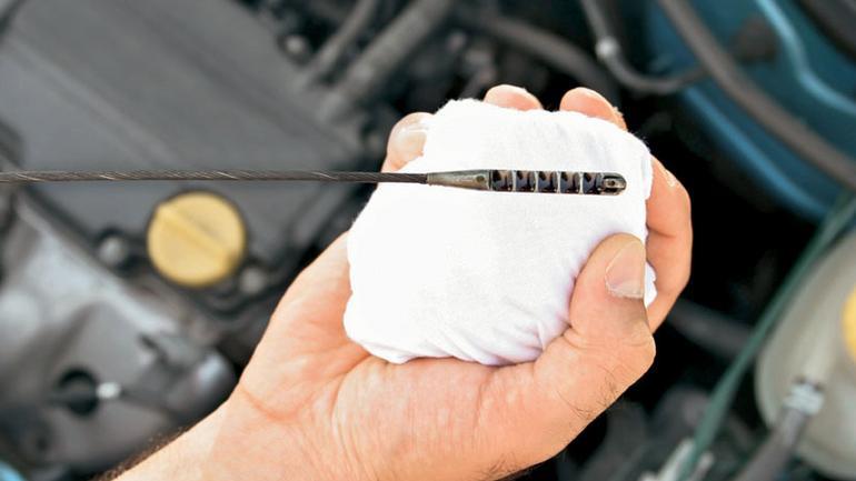 Jak sprawdzić poziom oleju w silniku?