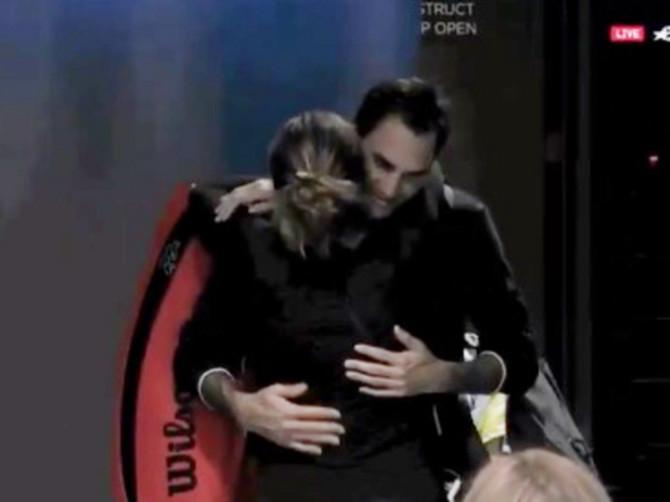 Mirka je zagrlila Federera što je jače mogla, ali onda se desilo nešto ČUDNO: Video koji je otkrio kako se oseća teniser što ga žena ljubi pred svima
