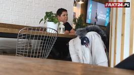 Dorota Wellman w kawiarni