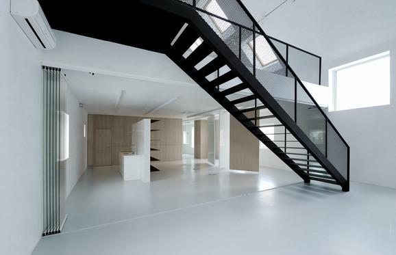 Donji sprat se brzo pretvara u nekoliko prostorija, uključujući i kuhinju