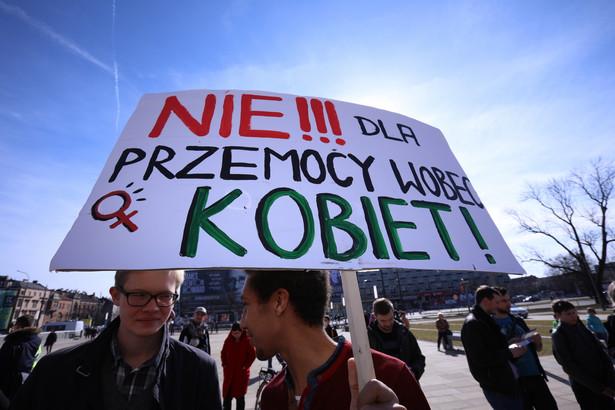 Protestujące domagają się m.in. równego dostępu do pracy, liberalizacja ustawy aborcyjnej czy szerokiego dostępu do antykoncepcji
