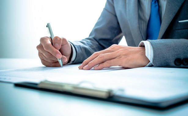 Izbie komorniczej przysługuje status strony w postępowaniu administracyjnym oraz sądowoadministracjnym w sprawach dotyczących powołania na stanowisko komornika lub odwołania z tego stanowiska, co wynika z art. 17 ust. 1 Konstytucji RP.