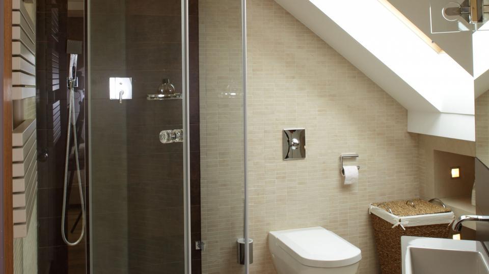 7. Ta łazienka na poddaszu ma bardzo nietypowy i niekorzystny kształt.