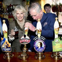 Książę Karol i Camilla szaleją w pubie