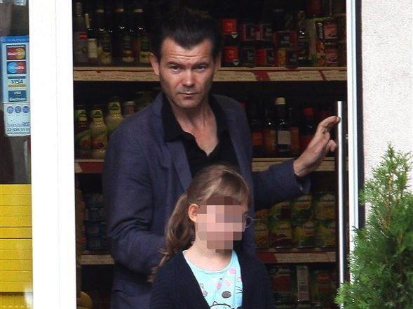 Jacek Braciak z córką na zakupach