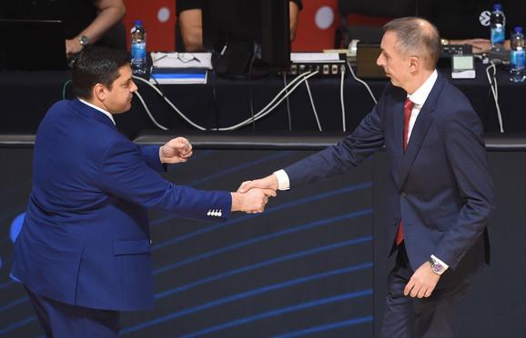Milan Tomić se rukuje sa Sašom Filipovskim, trenerom Monaka