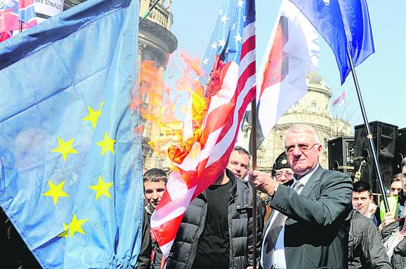 Paljenje zastava jedna je od omiljenih aktivnosti Vojislava Šešelja
