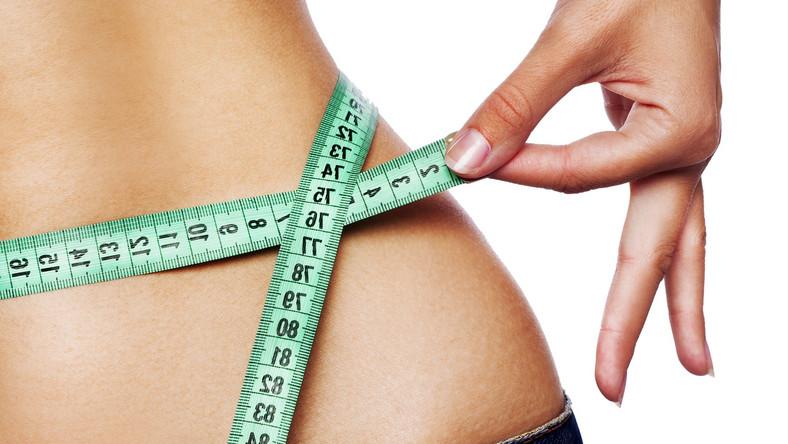 Na szczycie listy nieskutecznych metod odchudzania jest głodzenie się oraz drastyczne obniżenie kaloryczności posiłków. Taka dieta powoduje poważne problemy ze zdrowiem, m.in. zaburzenia hormonalne i utratę masy mięśniowej. A jakie są inne niezdrowe sposoby na zrzucenie wagi?