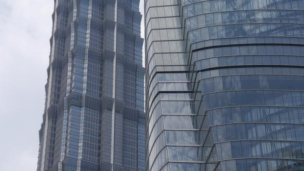 Fragment fasady Shanghai Tower i Jin Mao Tower w tle