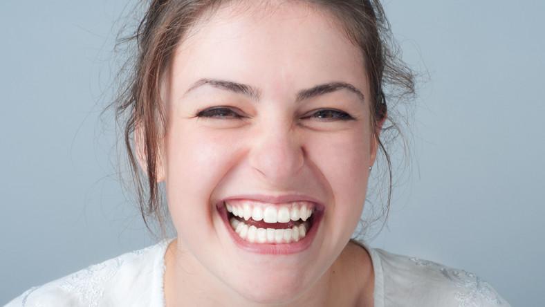 Białe zęby to powód do dumy. Warto więc zadbać, by takie były. Nie musisz od razu umawiać się na profesjonalne wybielanie zębów u stomatologa. Czasem wystarczą wybielające zabiegi do wykonania w domu