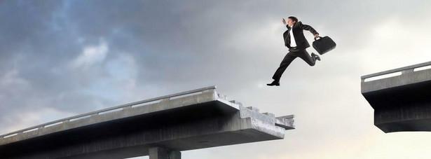 Podejmowanie ryzyka na początku kariery może pozwolić szybciej ruszyć do przodu, być cenną nauką, a nawet zwiększyć zasobność portfela – podkreśla Joanna Żukowska, ekspert międzynarodowego serwisu rekrutacyjnego MonsterPolska.pl. Aczkolwiek uprawianie takiego zawodowego hazardu może być trudne, kiedy brakuje doświadczenia. Poniżej podpowiedzi, jak nie przeszarżować podejmując ryzyko.