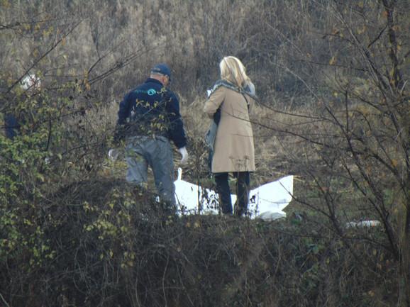 Odnose telo nastradalog mesto nesreće kod Belotinca gde su se sudarili ford i BMW