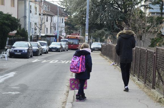 Mnoga deca sama idu iz škole
