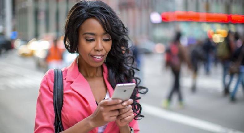 Woman using phone(ks1075)