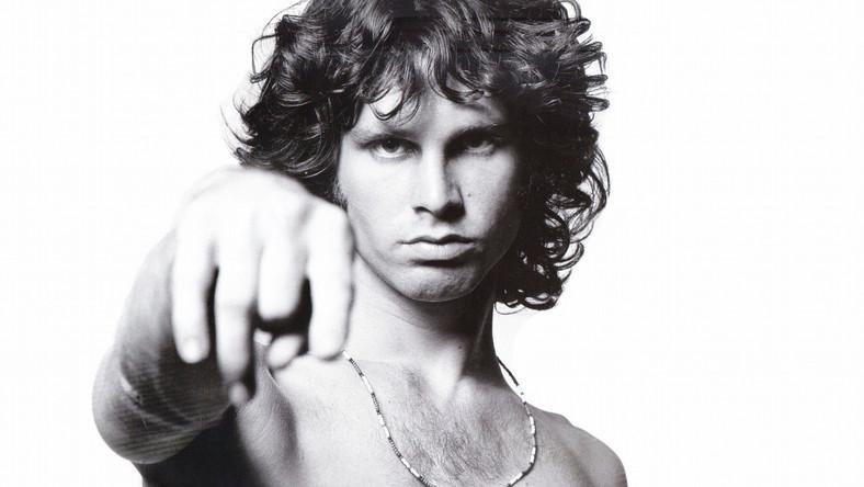 Jim Morrison zmarł w 1971 roku w Paryżu w niewyjaśnionych do dziś okolicznościach. Istnieją trzy wersje śmierci muzyka. Według pierwszej przez pomyłkęwciągnął nosem heroinęswojej dziewczyny (a myślał, że to kokaina). Druga mówi, że heroiny nie cierpiał i nigdy nie zażywał, miałjednak poważne problemy oddechowe. Zmarł zaśw kąpieli, wymiotując krwią. Trzecia głosi, że Morrison odszeł z przedawkowania heroiny w jednym z paryskich klubów, a dilerzy (którzy mu narkotyk sprzedali) odwieźli go do domu