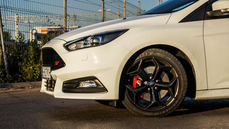Focus jest najpopularniejszym samochodem Forda nad Wisłą - tak wynika z najnowszego raportu Polskiego Związku Przemysłu Motoryzacyjnego. Ten model oferowany jest w wersjach: pięciodrzwiowej, czterodrzwiowej oraz kombi. W 2012 roku Ford zaprezentował wersję ST - niedawno szefowie koncernu zdecydowali wprowadzić nową odsłonę tego auta z ikrą. W dodatku z niespodzianką pod maską - sprawiła ona, że samochód stał się znacznie bardziej przyjazny na co dzień. Zobacz, co wyczarowali inżynierowie Forda.