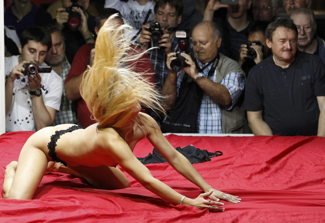 Plesačice nastupaju na desetinama bina