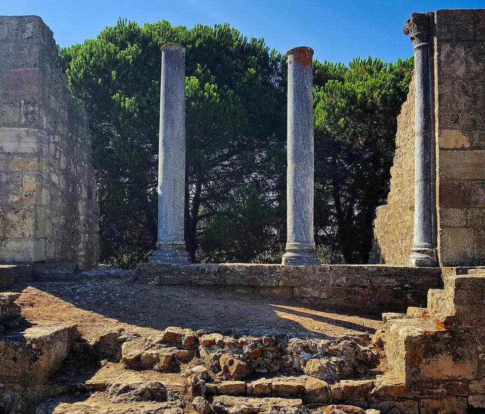 Santiago do Cacém - miasto usadowione malowniczo pośród wzgórz z ruinami rzymskiego miasta.