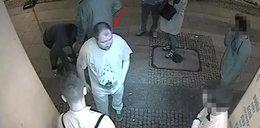 Skatowali mężczyznę w centrum Warszawy. Tak wyglądają bandyci