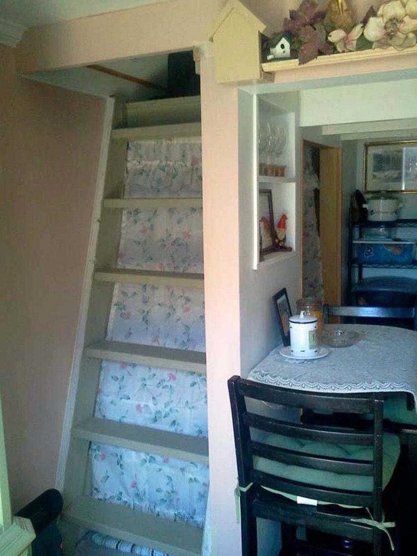 Na piętrze, pod spadzistym dachem, kobieta urządziła swoją sypialnię