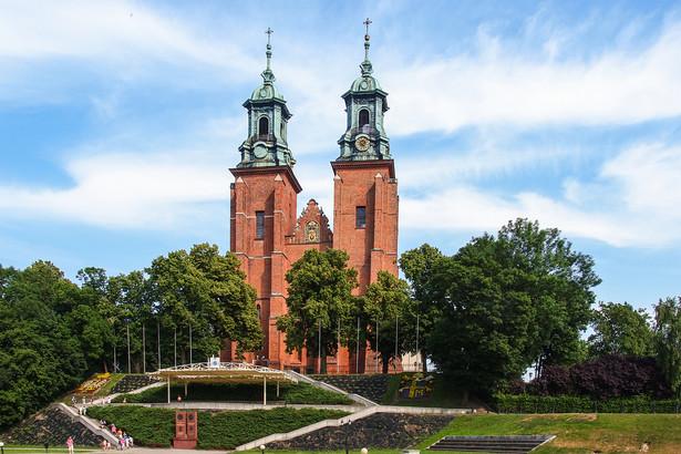 Na uroczystości rocznicowe, związane z jubileuszem 1050. rocznicy chrztu Polski zaprosił do Gniezna i na Ostrów Lednicki prymas Polski abp Wojciech Polak