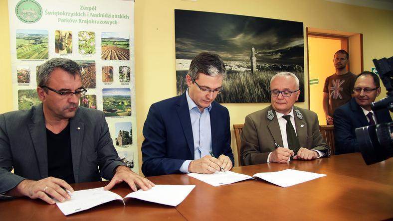 Podpisanie umowy na budowę Ośrodka Edukacji Przyrodniczej w Umianowicach