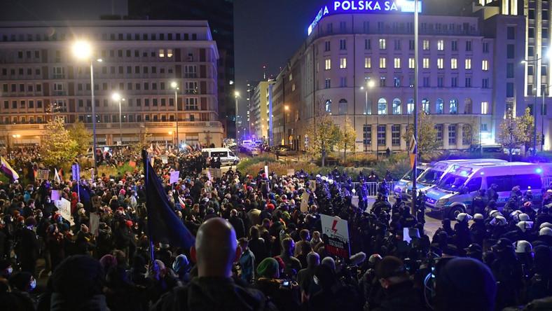 Strajk Kobiet przed siedzibą TVP